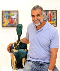 يجمع الزعبي في معرضه «أنشودة الطين» مجموعة من الأعمال المتباينة بين اللوحات والمنحوتات والصحون المصنوعة من الزجاج والطين، إلى جانب المنحوتات البرونزية.
