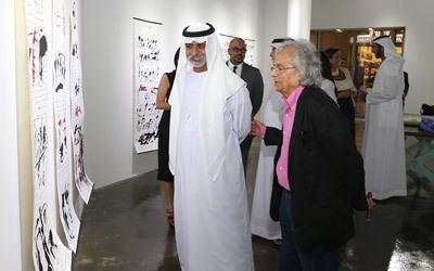 نهيان بن مبارك وأدونيس خلال افتتاح المعرض في أبوظبي. تصوير: إريك أرازاس