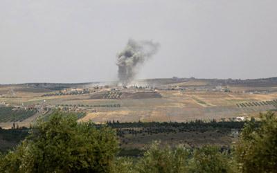 الدخان يتصاعد فوق أحد الحواجز التابعة للنظام السوري بعد تفجيره من قبل المعارضة. رويترز