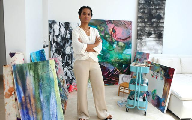 عائشة جمعة وصفت الفن المفاهيمي بساحة مفتوحة تماماً. تصوير: أسامة أبوغانم
