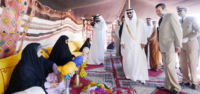 حمدان بن زايد اطلع في بداية الزيارة على أجنحة خيمة الإمارات التراثية. وام