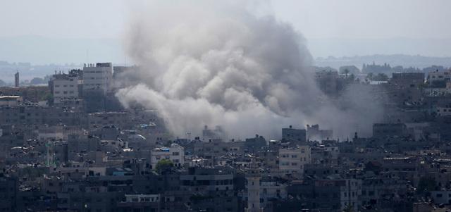 تصاعد أعمدة الدخان في قلب مدينة غزة عقب قصف صاروخي بالمقاتلات الإسرائيلية أمس. أ.ب