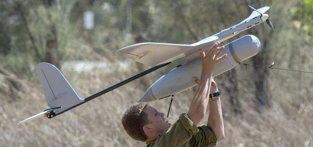 جندي إسرائيلي يطلق طائرة من دون طيار لغرض الرصد. أ.ف.ب