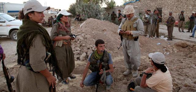 مقاتلون من قوات البشمركة الكردية خلال انتشارهم لمواجهة تنظيم «داعش» على خط الجبهة في منطقة مخمور. رويترز