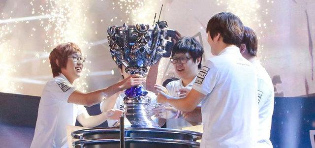 «سامسونغ وايت» لحظة تتويجه بكأس بطولة العالم للعبة «ليغ أوف ليجندز». من المصدر