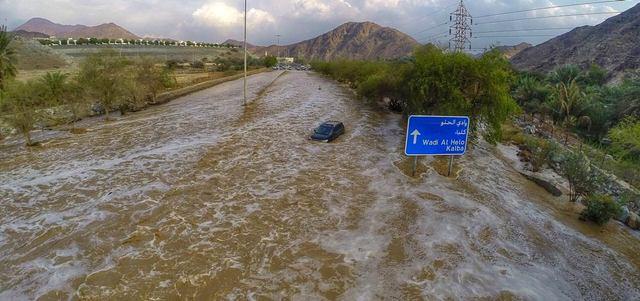 سيارة الأسرة الآسيوية وسط المياه. الإمارات اليوم