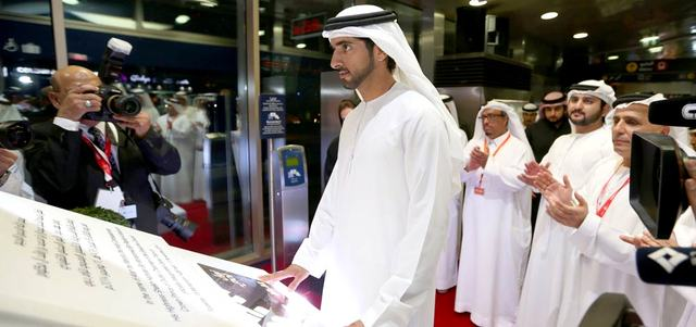 حمدان بن محمد خلال تدشينه ترام دبي بحضور مكتوم بن محمد. وام