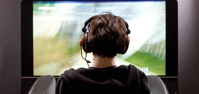 الاتهامات الموجهة إلى الأفلام السينمائية التي تتضمن محتوى عنيفاً توسعت لتشمل البرامج التلفزيونية وألعاب الفيديو. أرشيفية