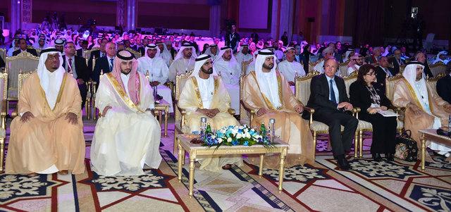 محمد بن راشد ومكتوم بن محمد وأحمد بن محمد خلال الجلسة الافتتاحية لمؤتمر المعرفة الأول. وام