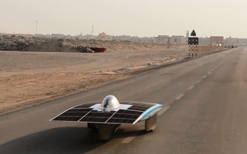 """بالفيديو..إطلاق أول سيارة """"سباق"""" إماراتية تعمل بالطاقة الشمسية"""