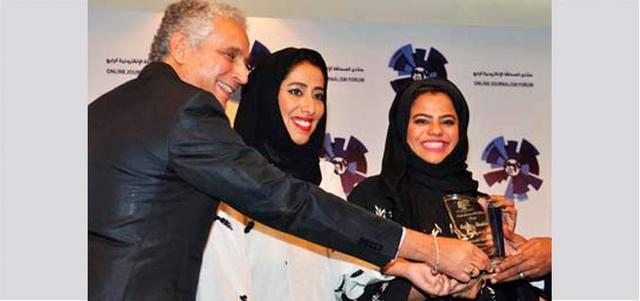 منى المري رئيسة نادي دبي للصحافة ومنى أبوسمرة مديرة النادي أثناء تسلمهما جائزة النادي. الإمارات اليوم