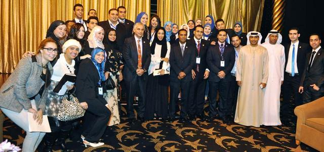 المكرّمون والفائزون بجوائز «المنتدى» في لقطة جماعية خلال الحفل الختامي. الإمارات اليوم