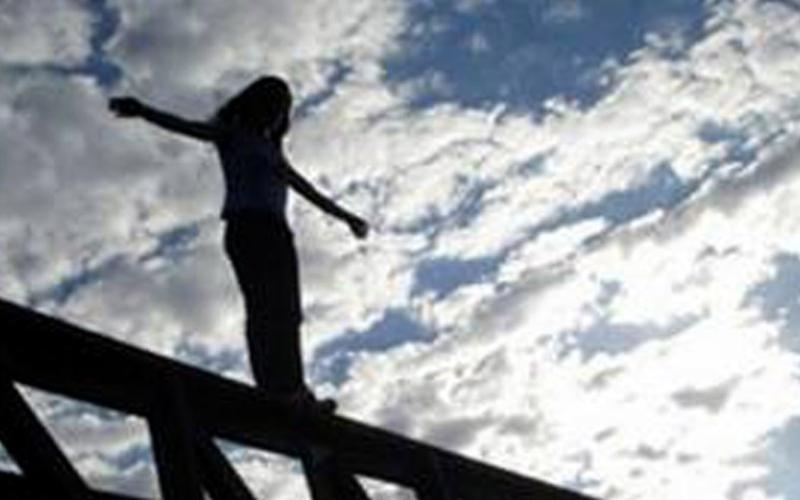 بالفيديو.. احترافية في انقاذ فتاة حاولت الانتحار