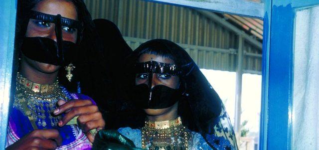 الحلي التقليدية التي تتزيّن بها المرأة الإماراتية قديماً. من المصدر
