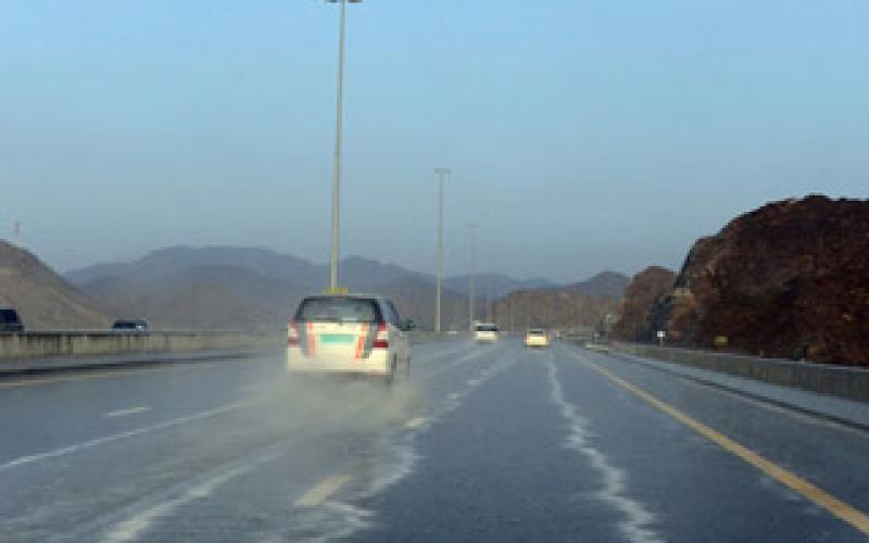بالفيديو..أمطار غزيرة على الفجيرة الذيد وكدرة