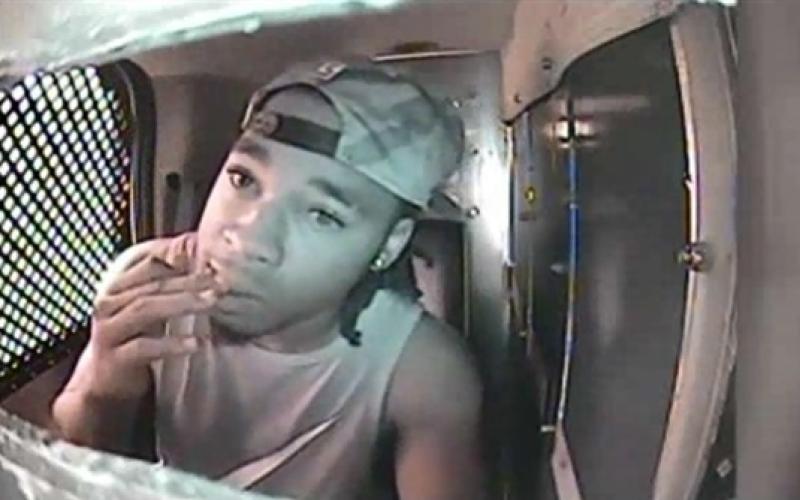 """بالفيديو.. """"يأكل"""" أصابعه ليخفي بصماته عن الشرطة!!"""