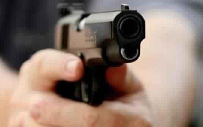 بالفيديو.. مسلح يطلق النار على رجل داخل مقهى!