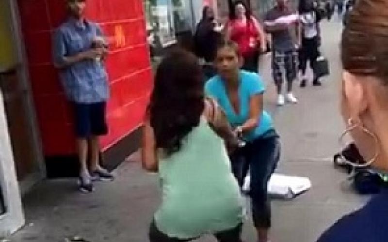 بالفيديو.. مقتل خطيبها أمام عينيها بسبب مظلة!