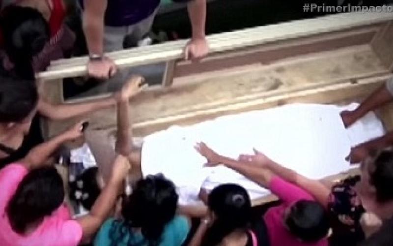 بالفيديو.. تستيقظ من موتها بعد دفنها لتموت ثانية!