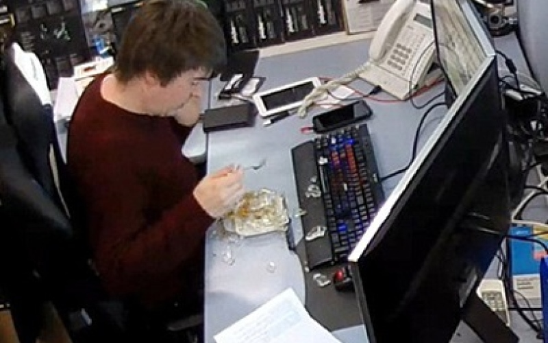 """بالفيديو.. انفجار """"وجبة غداء"""" في يد موظف!"""