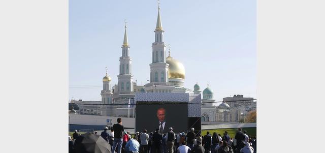 بوتين خلال افتتاح مسجد موسكو الكبير: «داعش» يضر بسمعة دين عالمي كبير بزرع الكراهية وقتل الناس وتدمير الآثار. رويترز