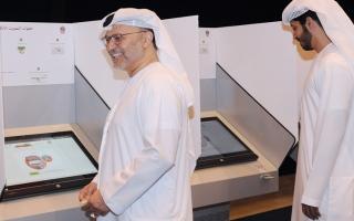 الصورة: قرقاش يفتتح التصويت.. ويتابع تصفير أجهزة «الإلكتروني»