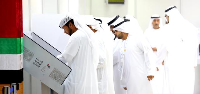 مرشحون في رأس الخيمة قاموا بجولات مكوكية سريعة بين مراكز الاقتراع لمتابعة الانتخابات. الإمارات اليوم