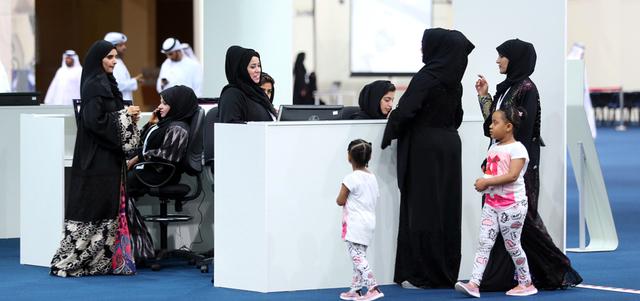 ناخبون اصطحبوا أطفالهم إلى مراكز الاقتراع. الإمارات اليوم