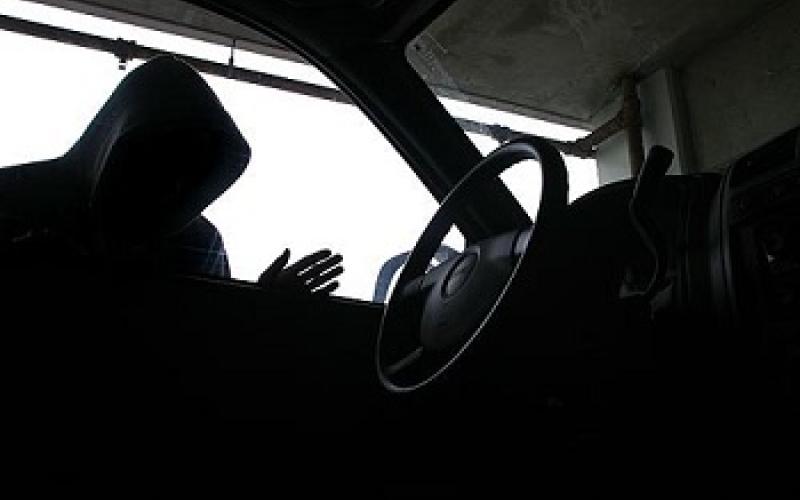 شاهد بالفيديو.. ماذا فعل لص في سيارة خليجي بعد القبض عليه