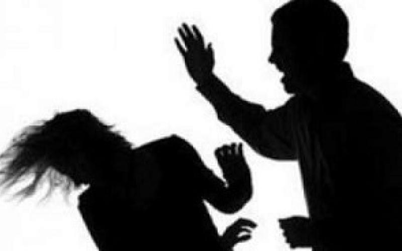 بالفيديو.. يعتدي على امرأة ويسرق هاتفها
