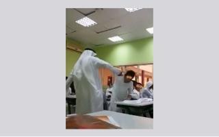 الصورة: فيديو يظهر معلماً ينهال بالضرب على طالب