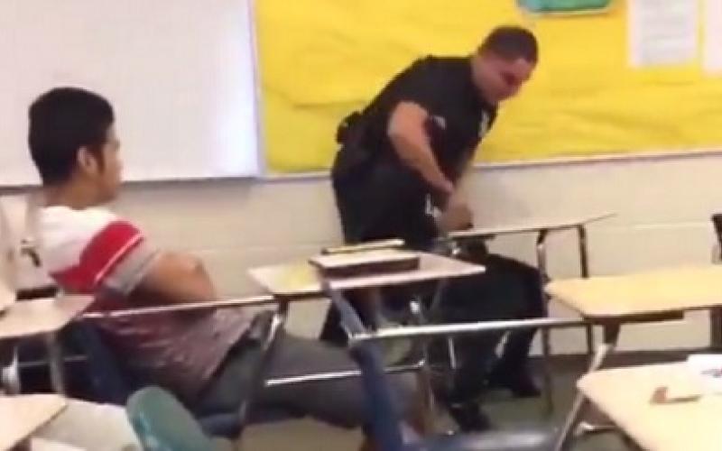الصورة: بالفيديو.. شرطي يعتدي على طالبة!