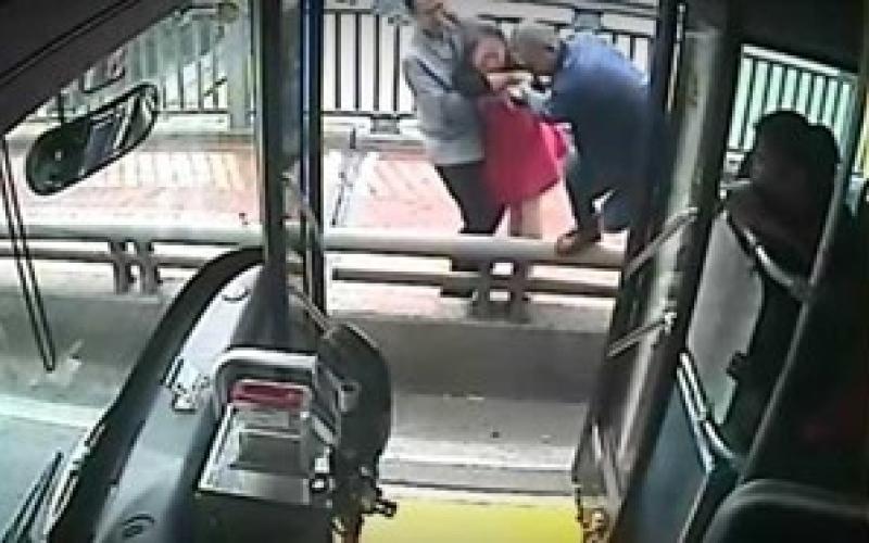 بالفيديو.. سائق يوقف الحافلة لينقذ امرأة من الانتحار