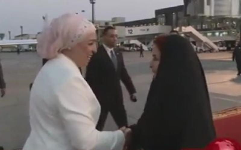 بالفيديو.. زوجة السيسي في أول زيارة خارجية لها