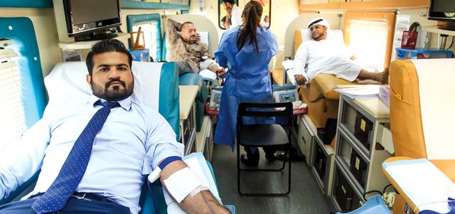 موظفون في مؤسسة دبي للإعلام يتبرعون بدمهم لمصلحة المرضى وضحايا الحوادث. تصوير: باتريك كاستيلو