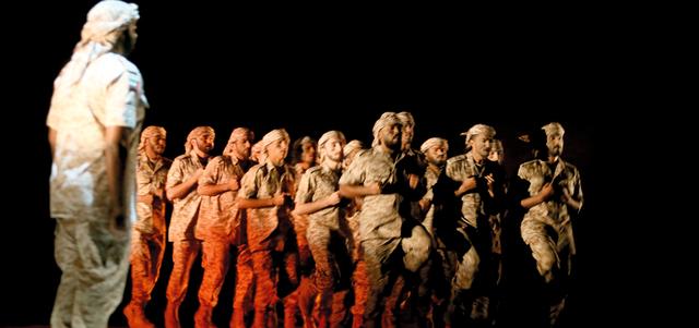 على الرغم من جدية الموقف إلا أن الحكاية الدرامية التي كتبها طلال محمود لم تغفل الجانب الإنساني للجنود.  تصوير: تشاندرا بالان