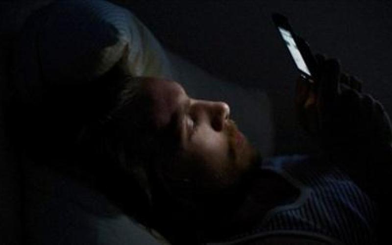 بالفيديو.. مخاطر استخدام الجوال قبل النوم