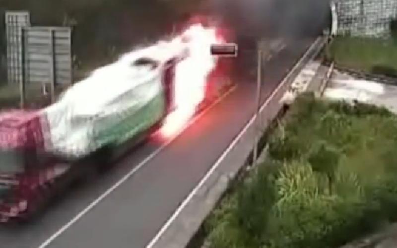 الصورة: بالفيديو.. سائق يخاطر بحياته ويقود شاحنة مشتعلة