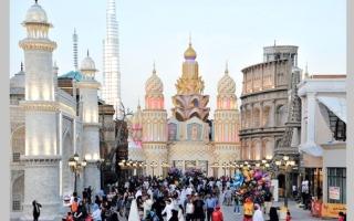 احتفالات «الوطني» في القرية العالمية تجتذب 400 ألف زائر