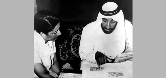 الشيخ زايد بن سلطان آل نهيان أثناء زيارته مركز الوثائق والدراسات ــ قصر الحصن ــ 8 أبريل 1980.  من المصدر