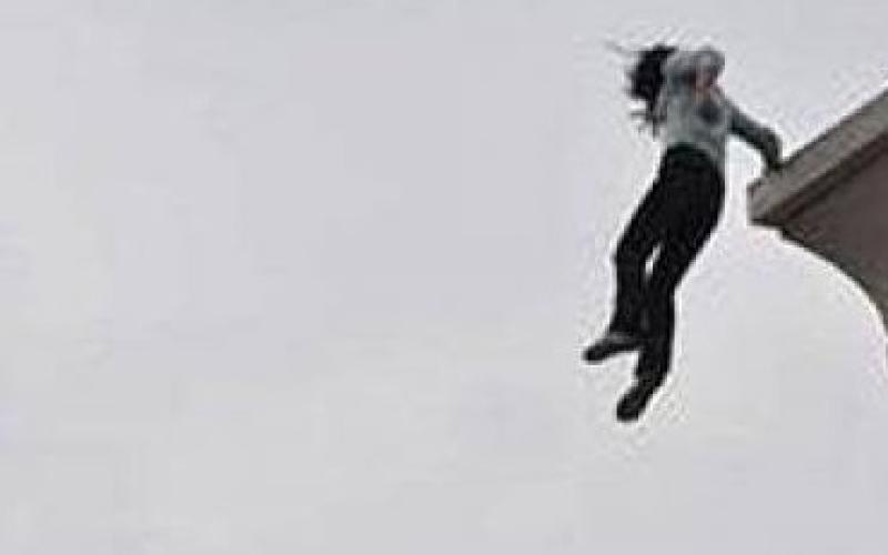 """بالفيديو.. سقوط فتاة من سطح بناية بسبب """"سناب تشات"""""""