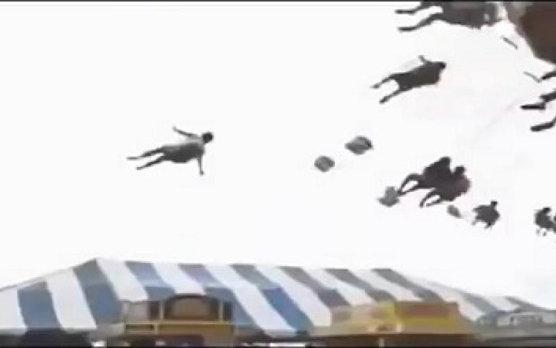لقطات مرعبة.. طفلة تطير في الهواء بعد انفصال مقعدها في لعبة
