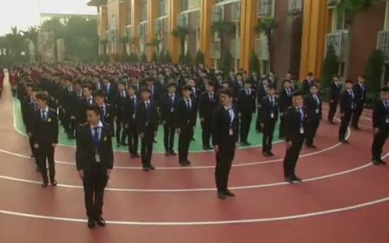 """بالفيديو.. مدرسة لـ""""التجميل"""" بنظام عسكري"""