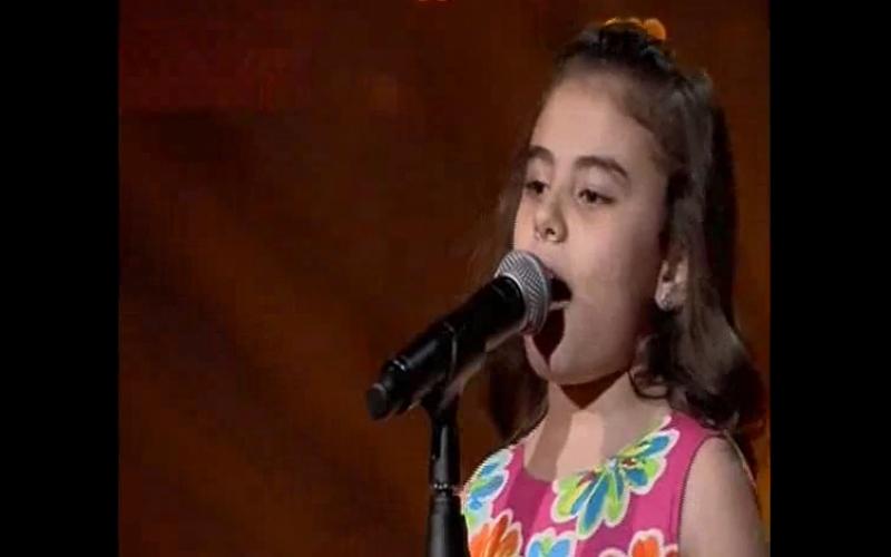 بالفيديو .. طفلة سورية تبكي رواد مواقع التواصل الاجتماعي