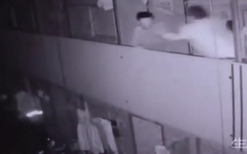 بالفيديو.. عامل بناء يرمي زميله من الطابق الثاني