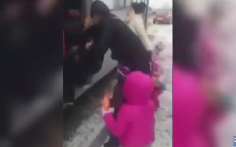 بالفيديو.. ركاب يطردون امرأة حامل وأطفالها من حافلة