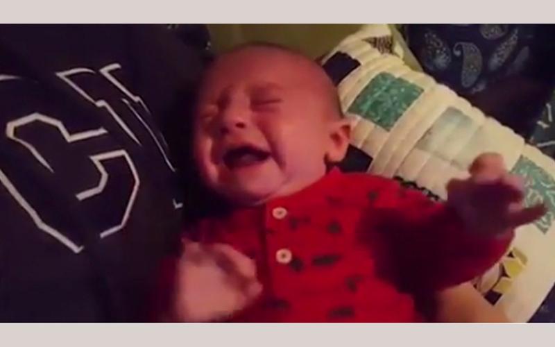 """الصورة: بالفيديو.. مفعول سحري لموسيقى """"حرب النجوم"""" في تهدئة طفل"""