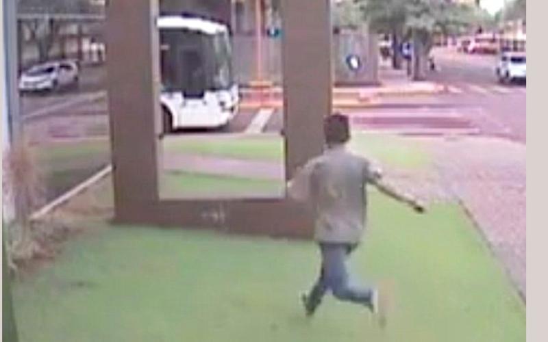 الصورة: بالفيديو .. يخترق جداراً زجاجياً بجسده دون أن يصب بأذى