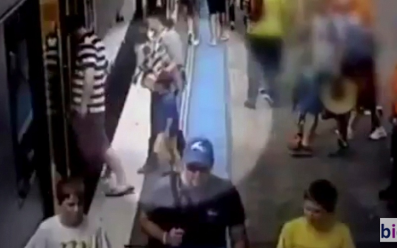شاهد .. لحظة سقوط طفل تحت سكة قطار