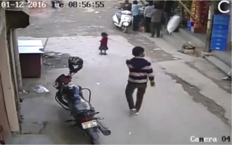 بالفيديو.. سيارة تمر فوق طفلة دون أن تصيبها بخدش